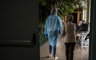 Las personas mayores con COVID-19 tienen el mismo derecho a recibir cuidados que cualquier otra persona