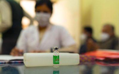Las nuevas vacunas aún son efectivas ante las variantes del coronavirus, dice la OMS